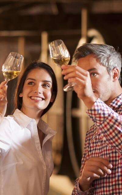 Dégustation dans un chai du vignoble de cognac - ©Shutterstock