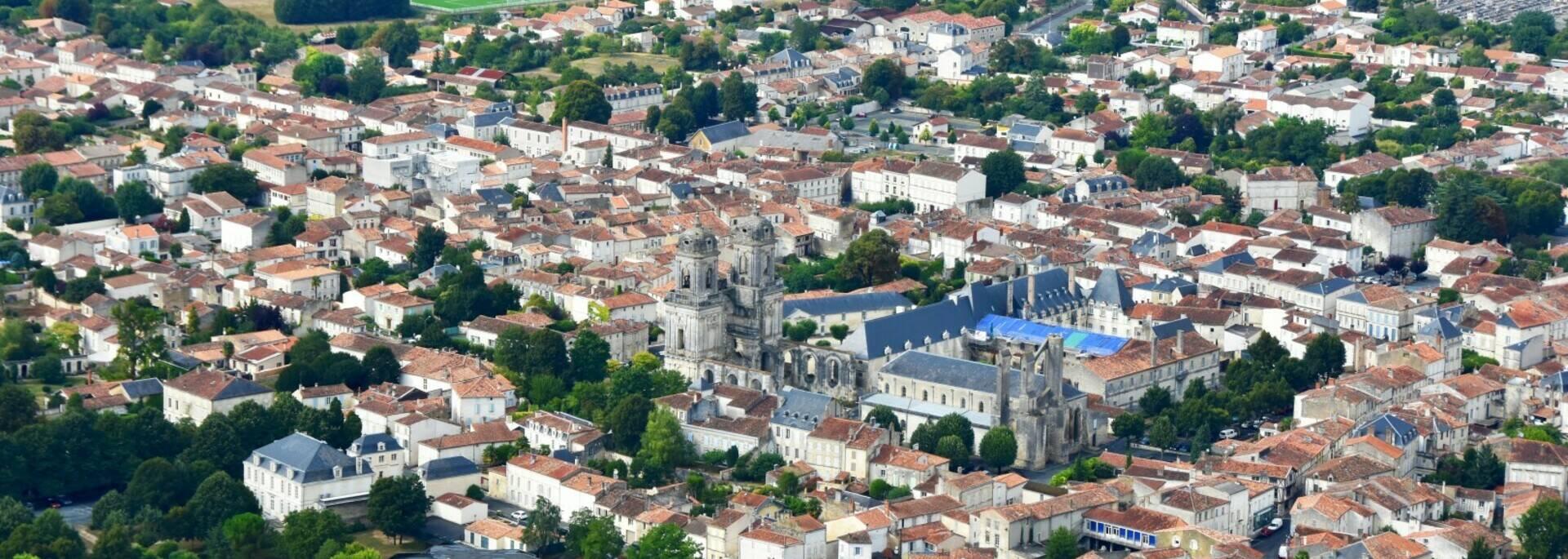 Vue aérienne de Saint-Jean d'Angély - ©FDHPA 17