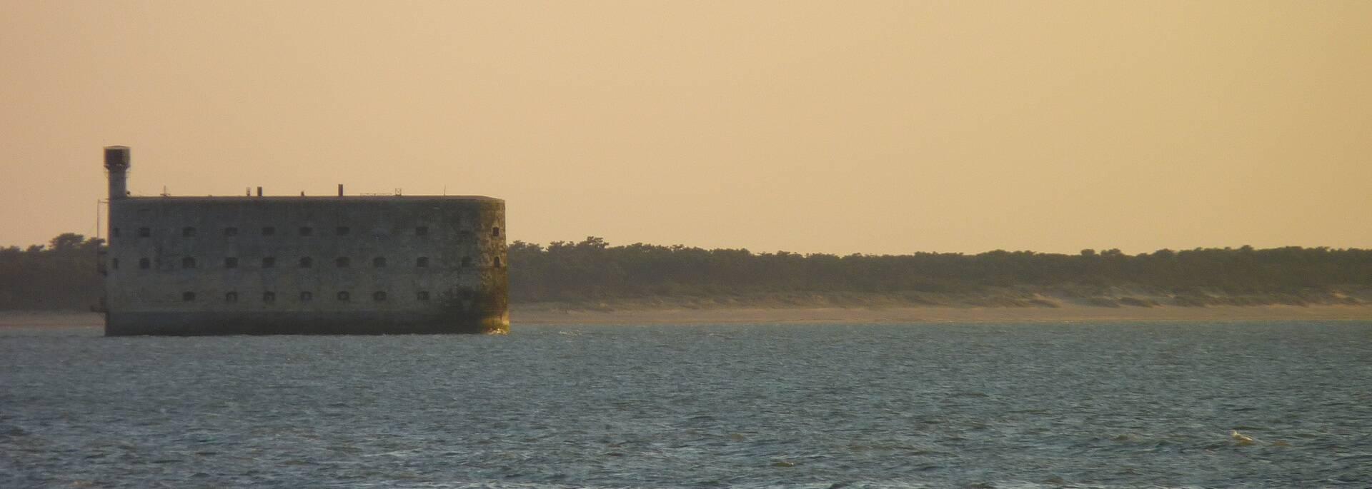Fort Boyard et plage des Saumonards en arrière plan