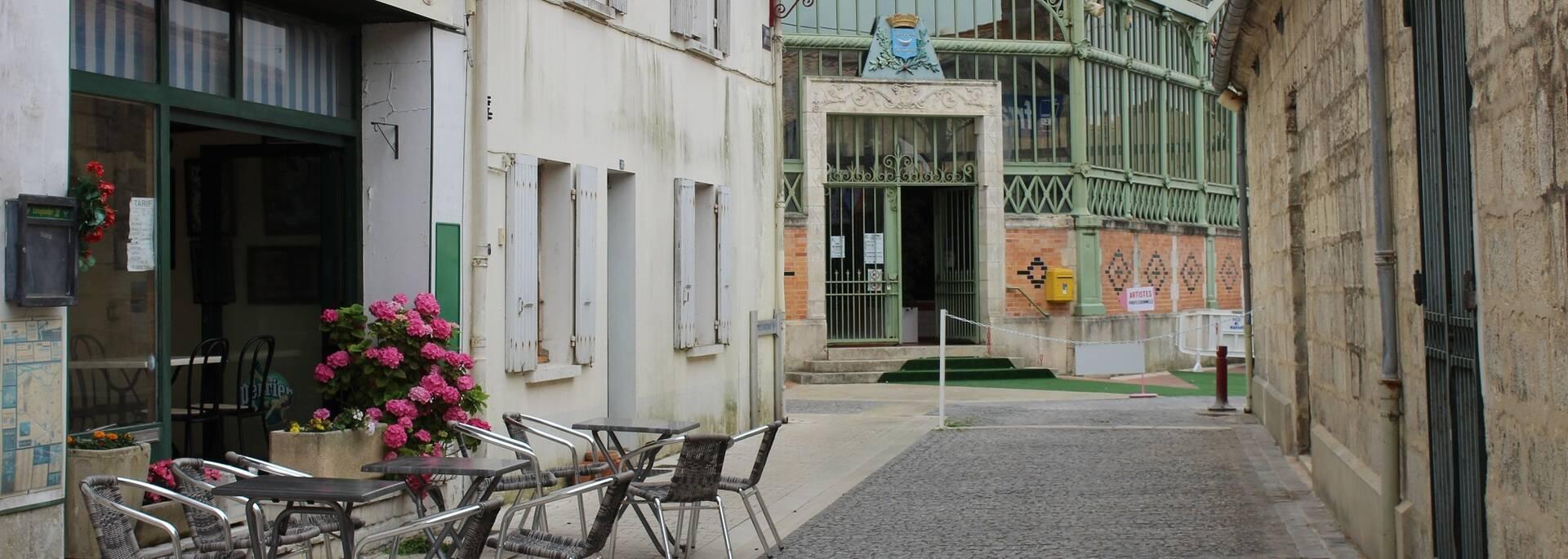 La halle du marché et le centre-ville de Marans - ©P.Migaud / FDHPA17