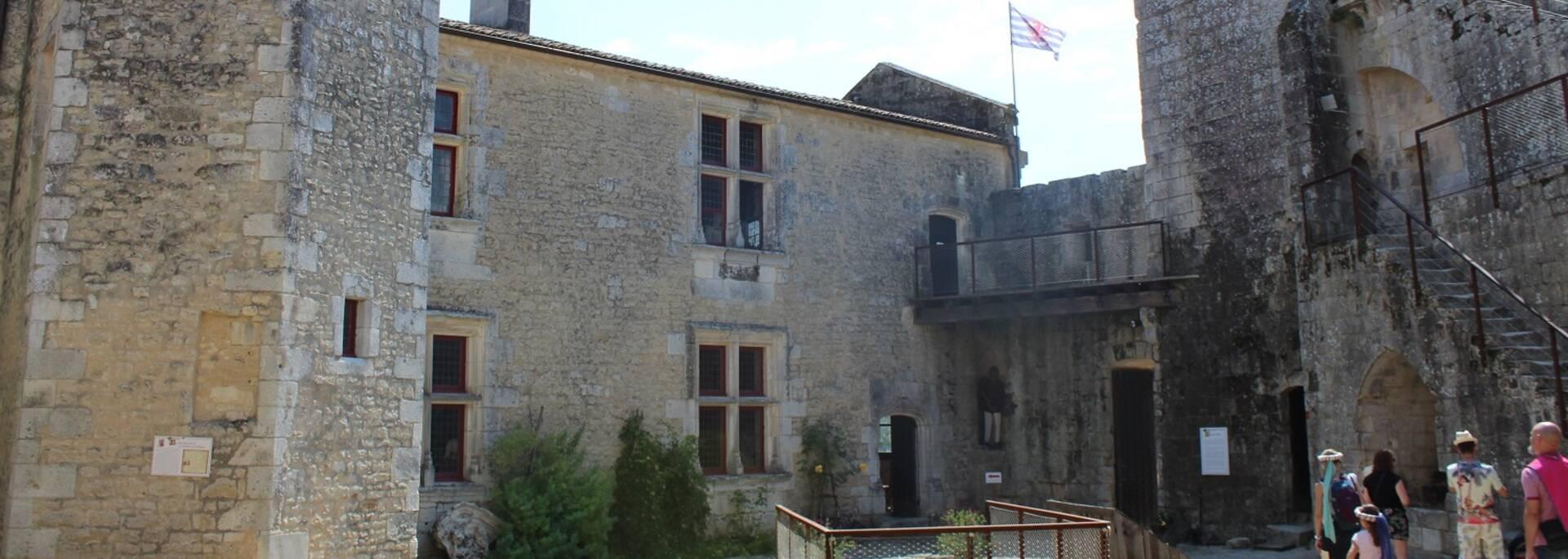 Cour intérieur du château fort de Saint-Jean d'Angle - ©P.Migaud / FDHPA17