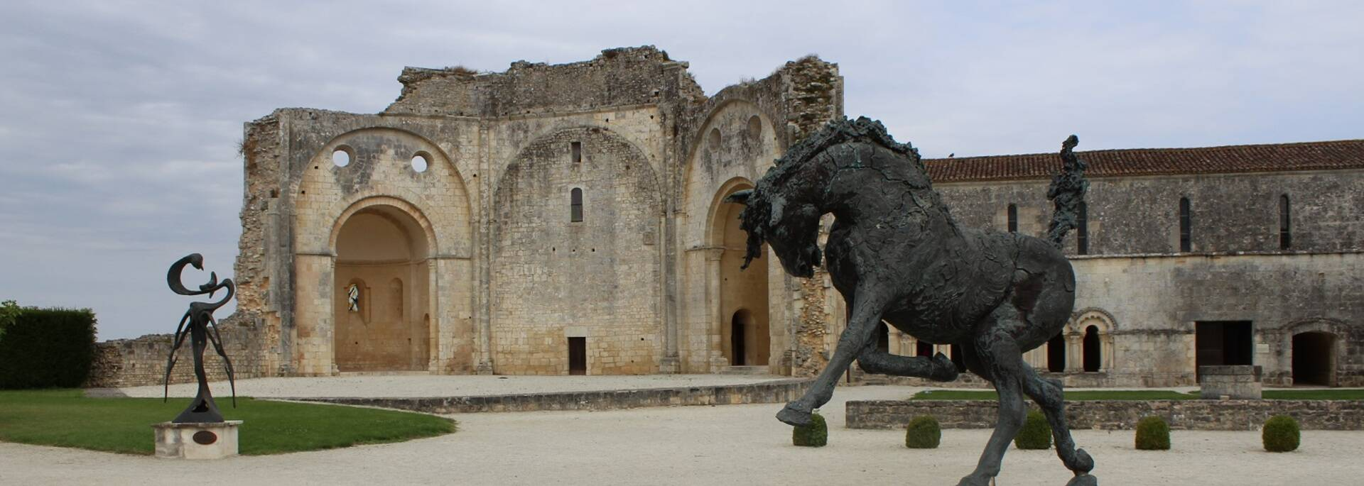 Cour de l'Abbaye de Trizay - ©P.Migaud / FDHPA17