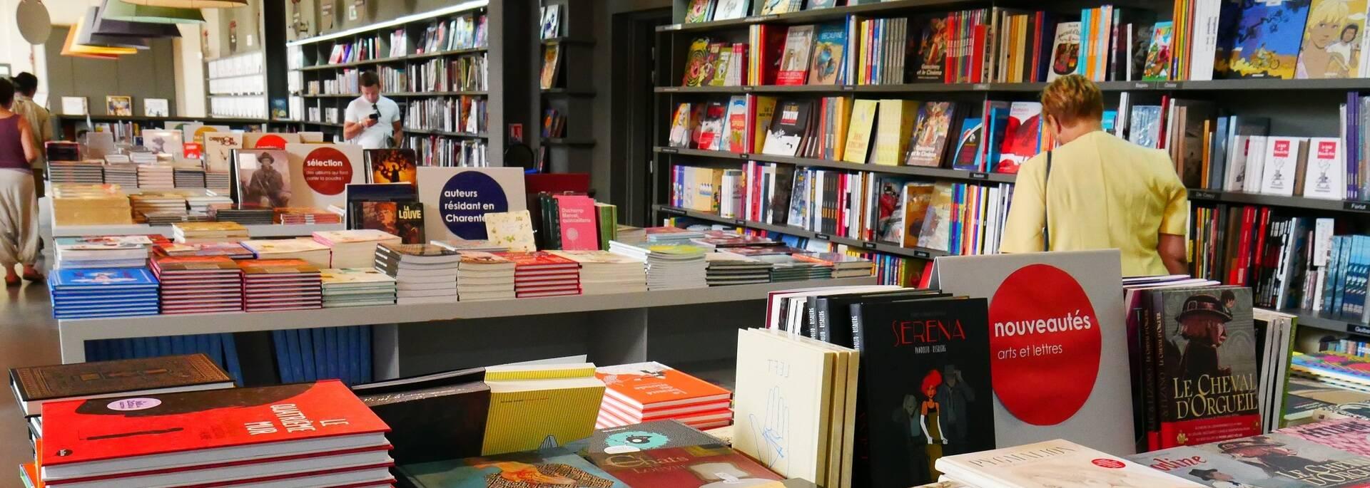 La librairie et ses 30 000 références - ©P.Migaud / FDHPA17