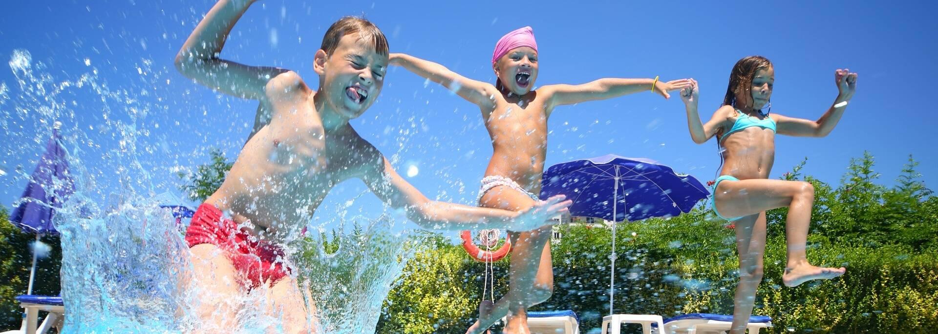Enfants qui jouent dans la piscine du camping - ©Shutterstock