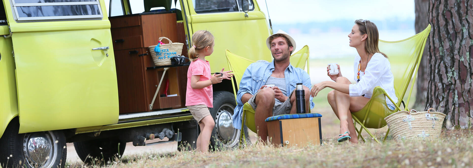 Famille avec van dans un camping - ©Shutterstock
