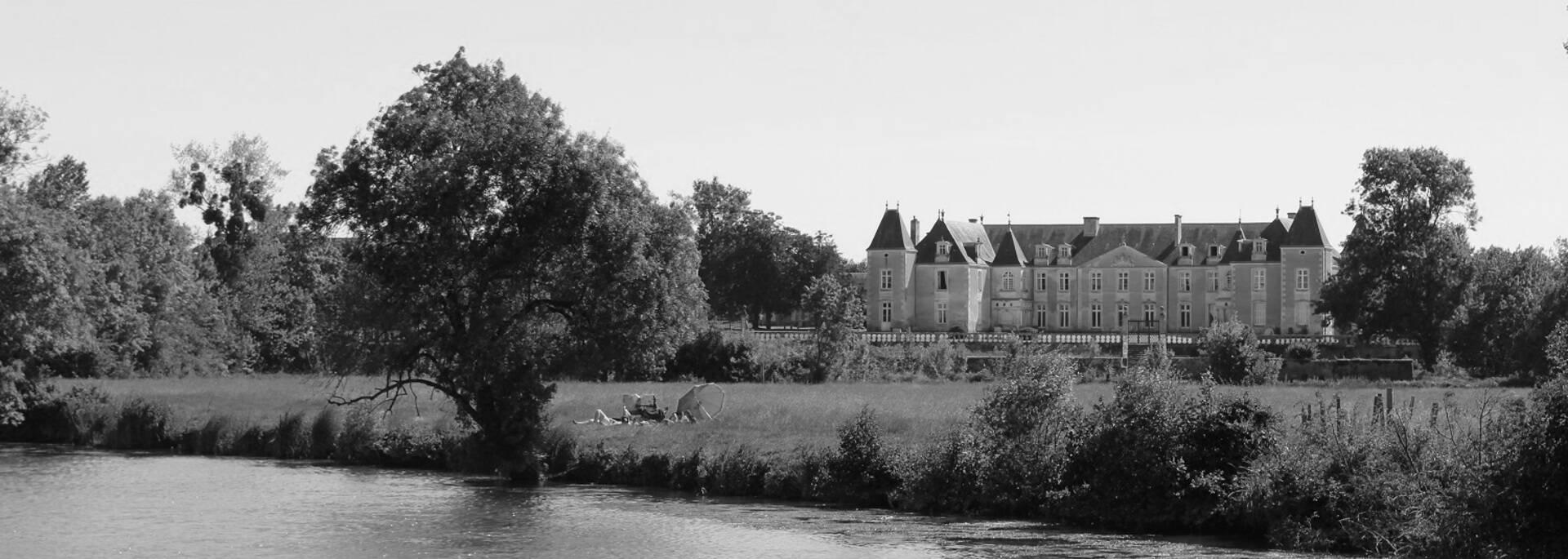 Château de Panloy vu de la Charente - © P.Migaud / FDHPA17