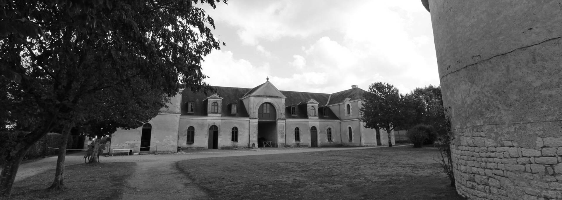 Pigeonnier et écurie du château de Panloy - © P.Migaud / FDHPA17