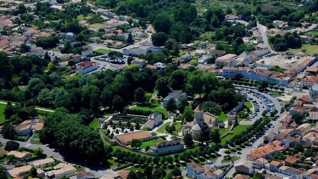 Survol de l'enceinte médiévale de Surgères - ©FDHPA17