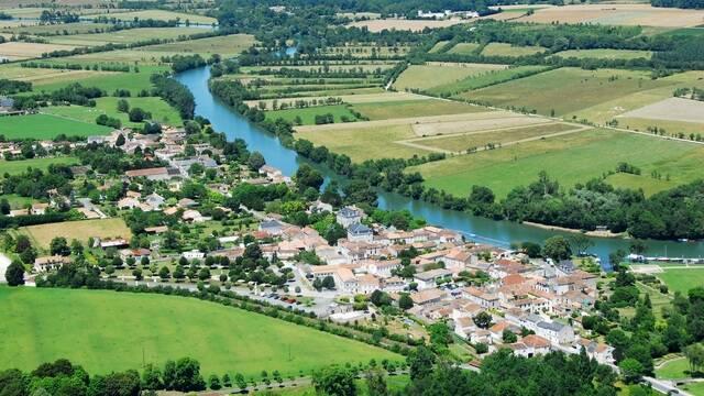 Vue aérienne de la Charente au niveau de Port d'Envaux - ©FDHPA17