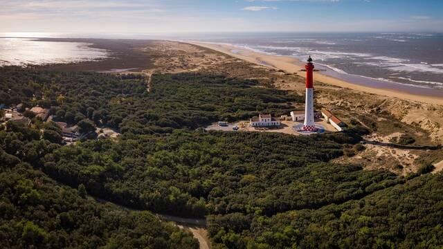 Vue de la forêt et du phare de la Coubre - ©Shutterstock