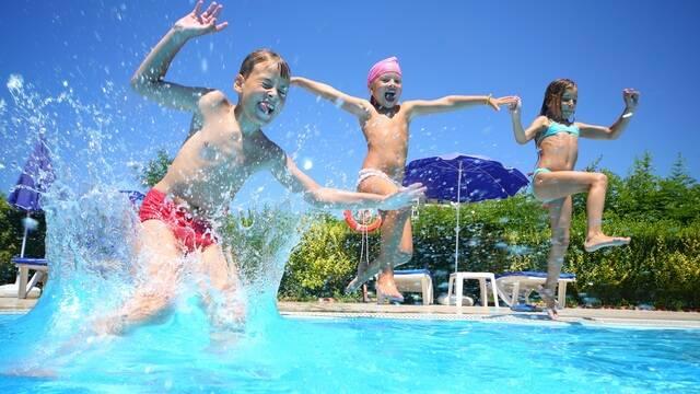 Enfants qui jouent dans la piscine d'un camping / ©Shutterstock
