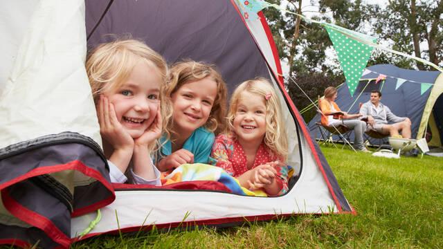 Enfants dans une toile de tente