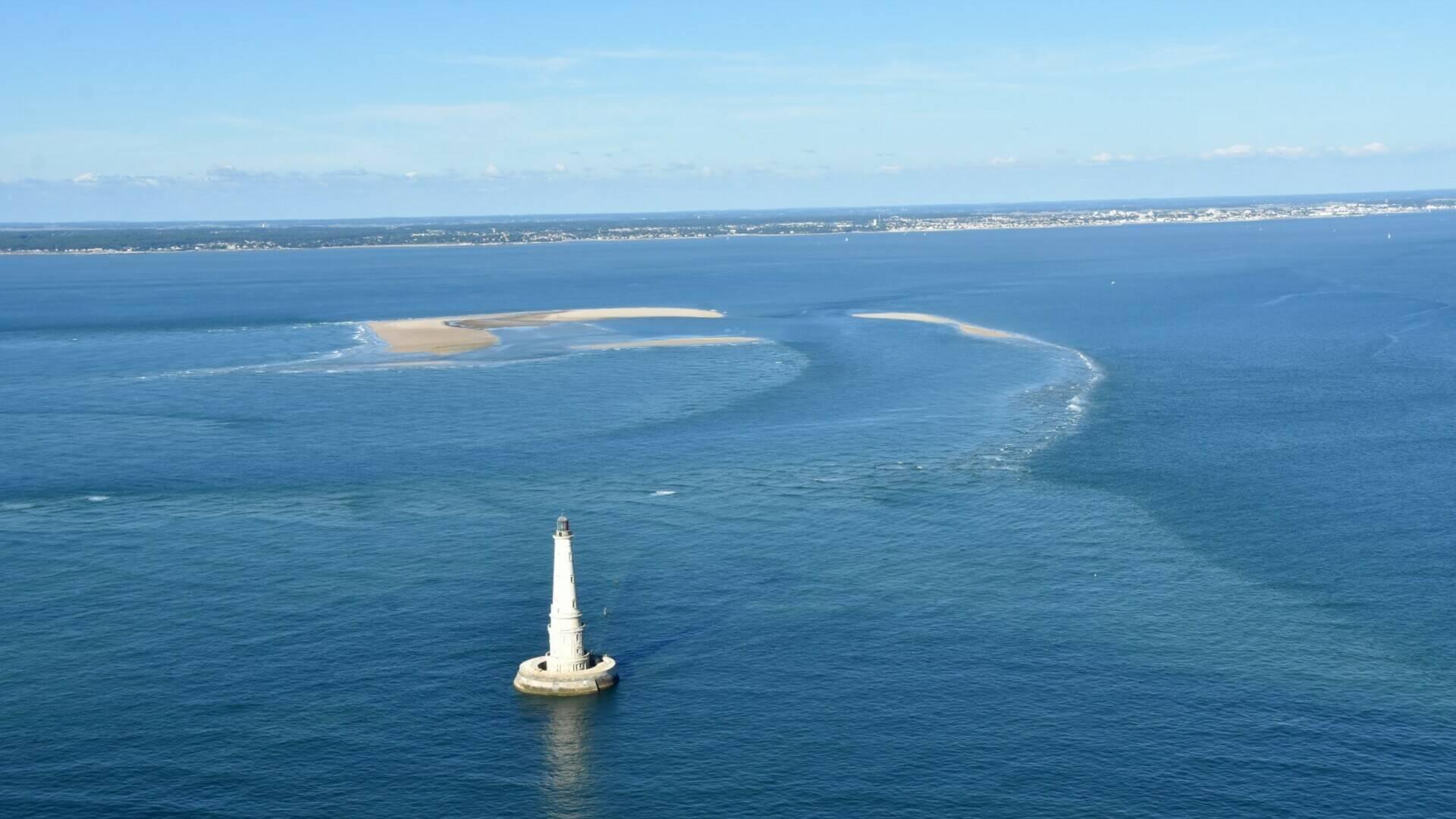Vue aérienne du phare de Cordouan à marée haute © FDHPA 17