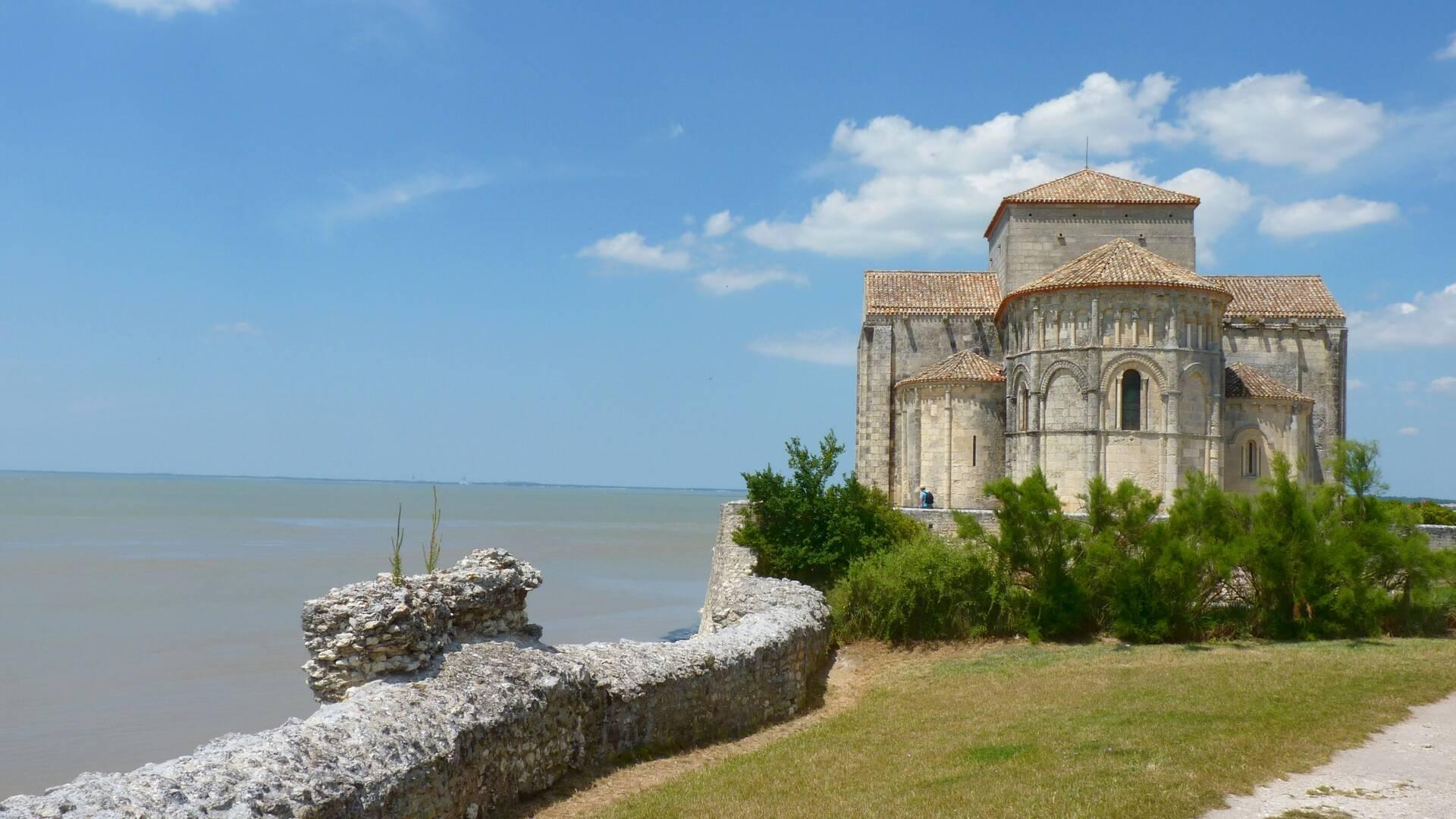 Chevet de l'église romane Sainte-Radegonde © FDHPA 17
