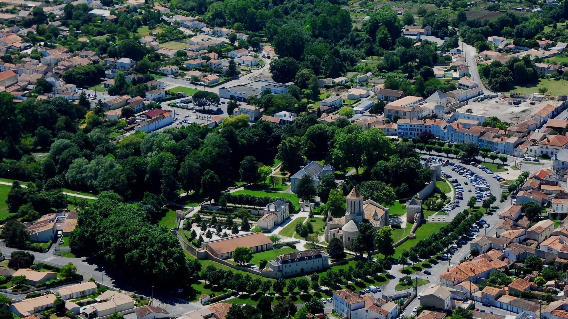 Vue aérienne de Surgères - ©FDHPA17