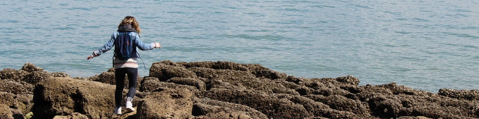 Balade le long de la côte rocheuse