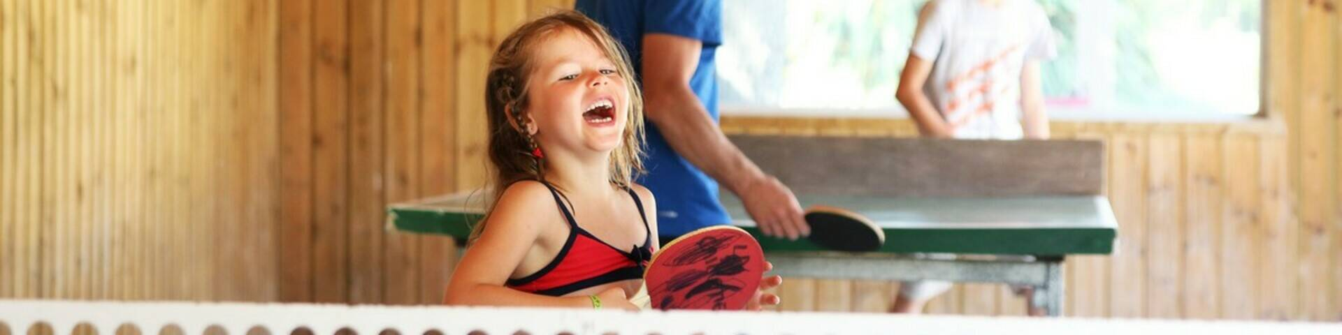 Petite fille jouant au ping-pong