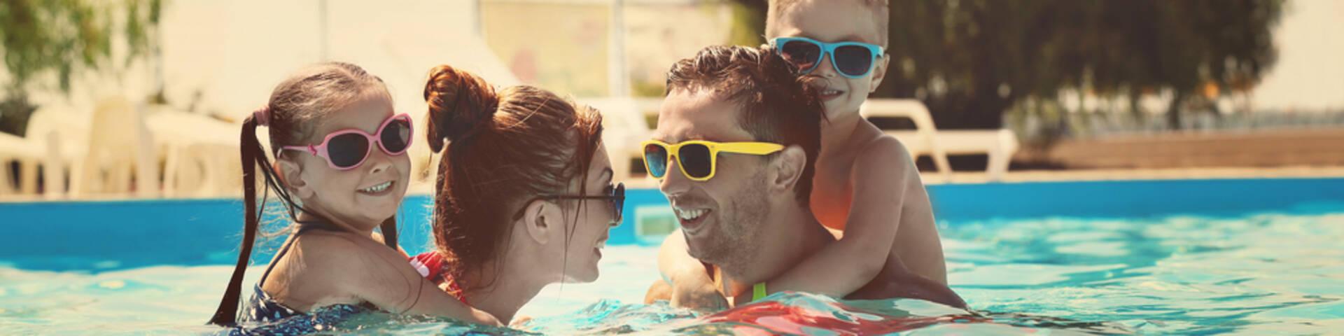 Famille dans uns piscine
