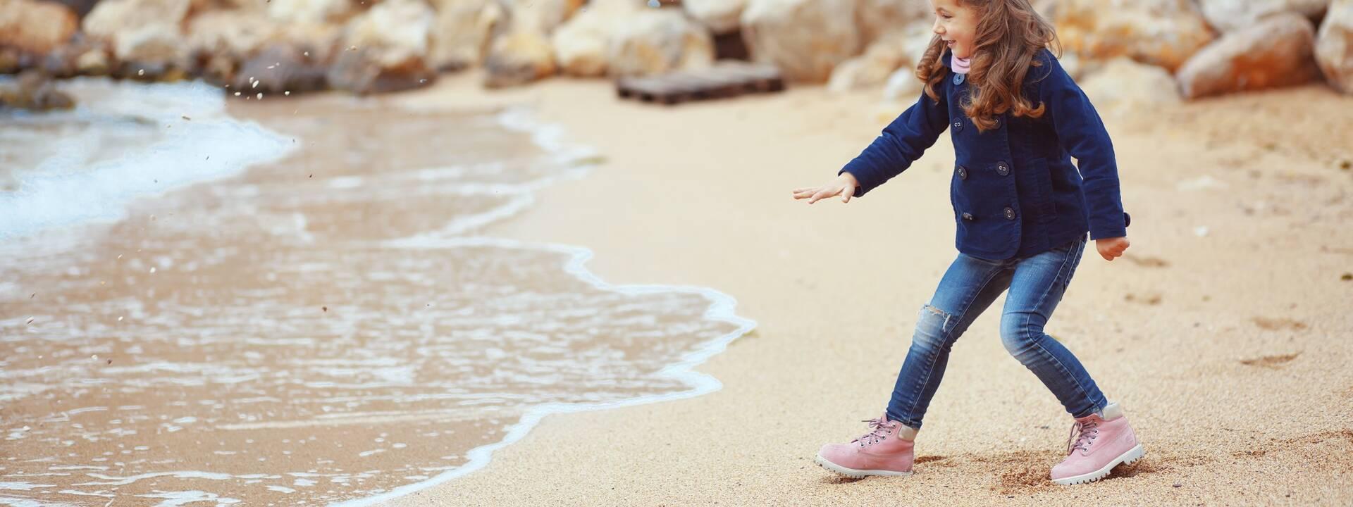 Petite fille à la plage en hiver - ©Shutterstock
