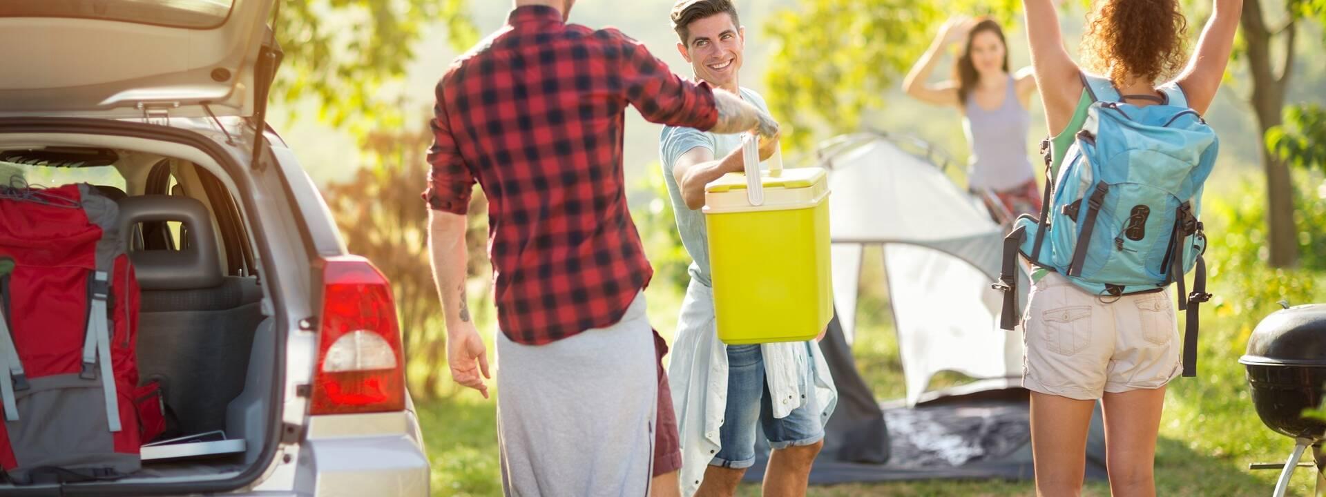 Amis arrivant dans un camping Qualité Tourisme - ©Shutterstock