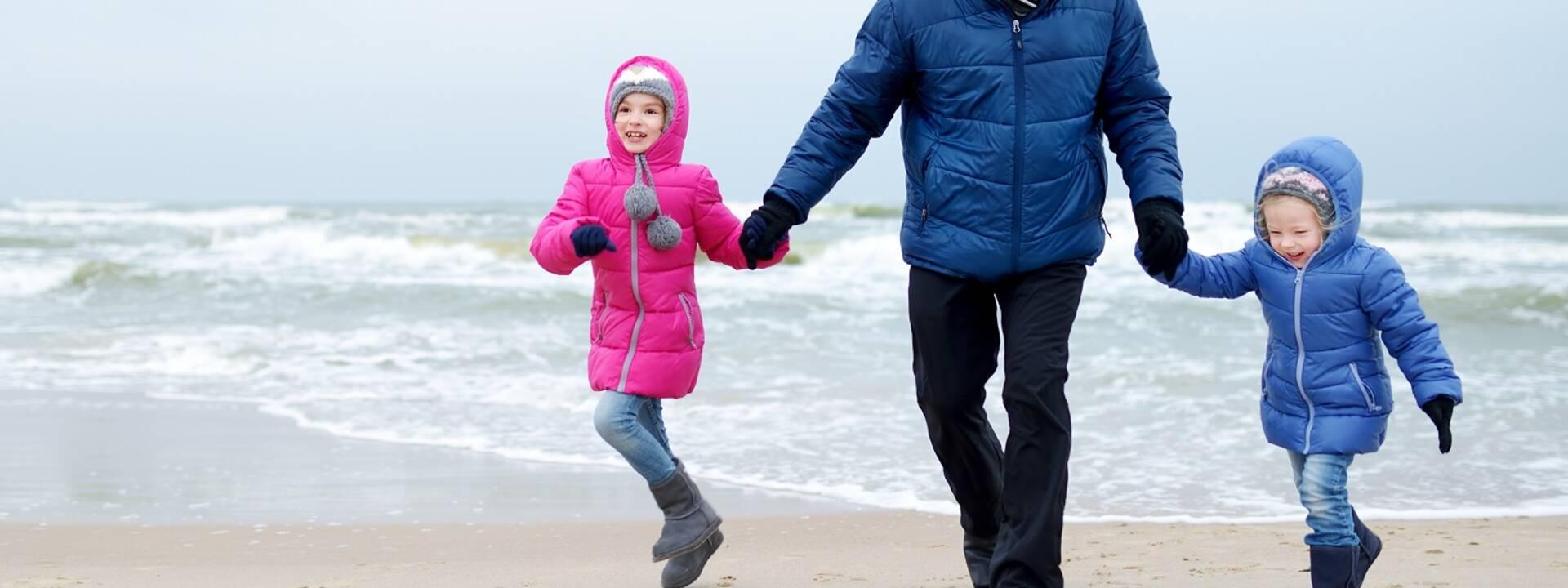 famille m'amusant à la plage en hiver - ©Shutterstock