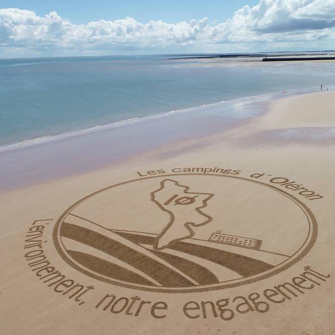 Fresque sur le sable par l'artiste Jben beach art © AOHPA
