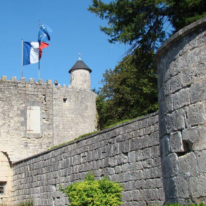 Remparts médiévaux de Surgères © Cécile TRIBALLIER / CMT