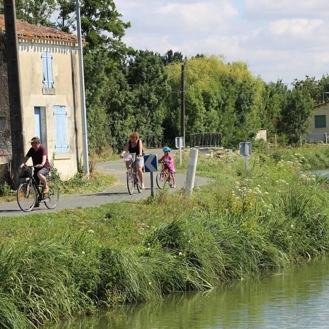 Balade à vélo dans le Marais poitevin - ©S.Nadouce / Charentes Tourisme
