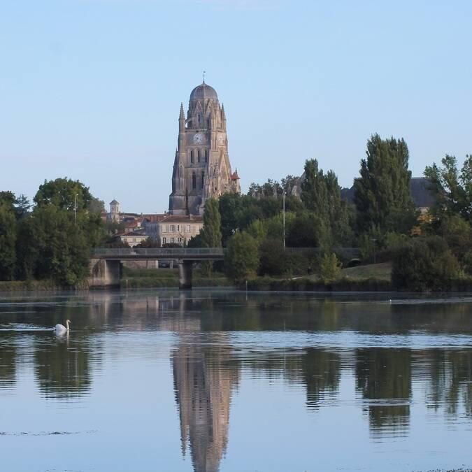 Vue sur la Cathédrale Saint-Pierre de Saintes - ©S.Nadouce / Charentes Tourisme