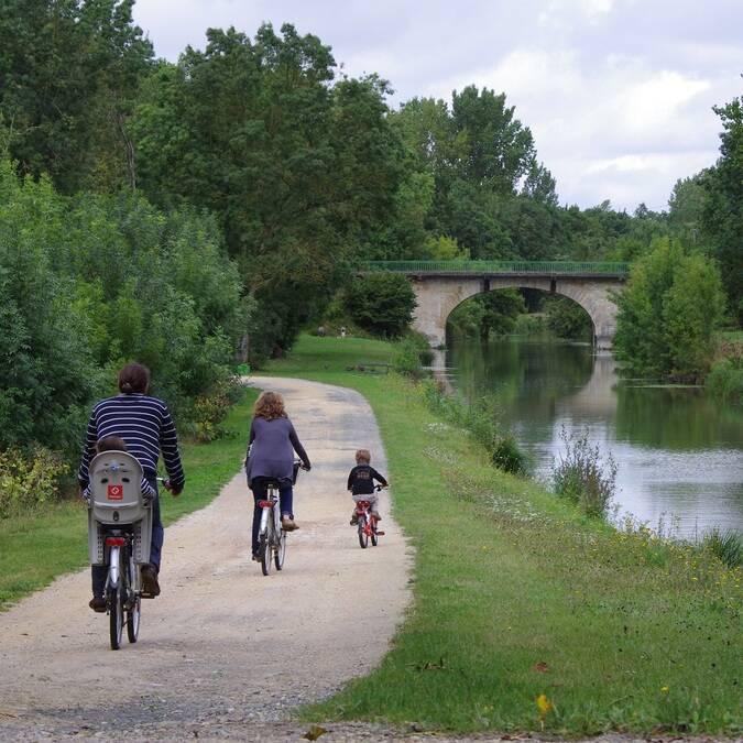 Balade en vélo dans le marais poitevin - ©A.Boissard / Charentes Tourisme