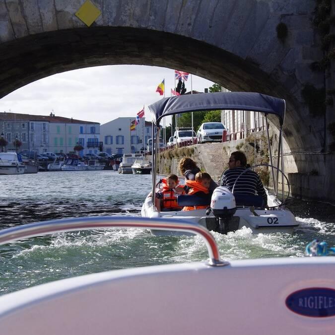 Balade en petits bateaux à Marans - ©A.Boissard / Charentes Tourisme