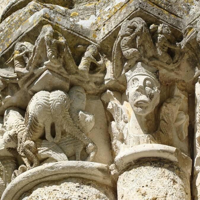 Détail du chapiteau historié de l'église Notre-Dame - C.Triballier / Charentes Tourisme