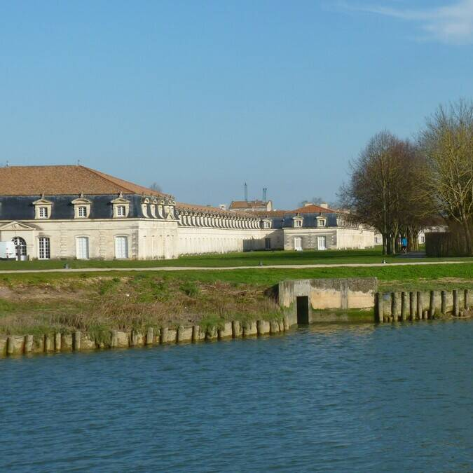 The banks of the Charente near the Corderie Royale © FDHPA17
