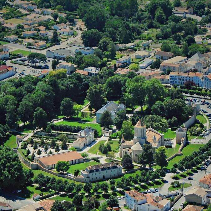 Vue aérienne de l'ancien château de Surgères - ©FDHPA17
