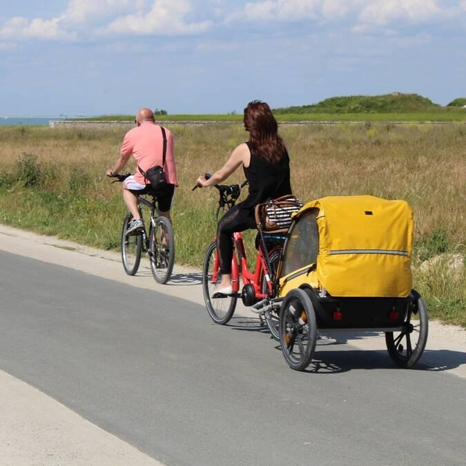 Balade à vélo en famille sur l'île de Ré - © P.Migaud / FDHPA17