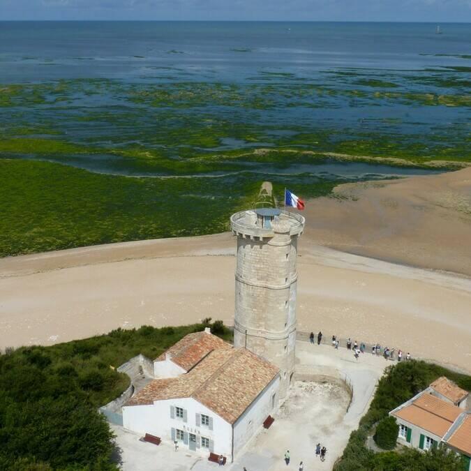 La vieille tour devant le phare des baleines - © P.Migaud / FDHPA17