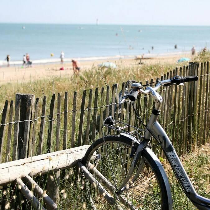 Vélo devant une plage de l'île de Ré - ©PW Photographie / FDHPA17