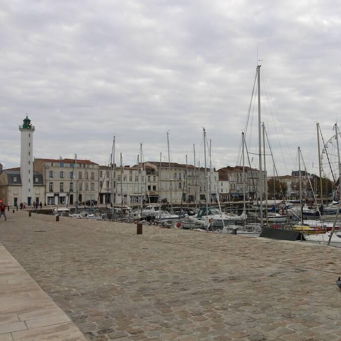 L'un des phares du Vieux-Port de La Rochelle - ©P.Migaud / FDHPA 17