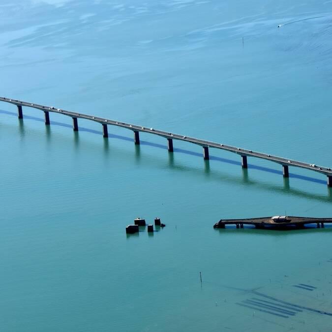 Le pont de l'île d'Oléron et les parcs à huîtres © FDHPA 17