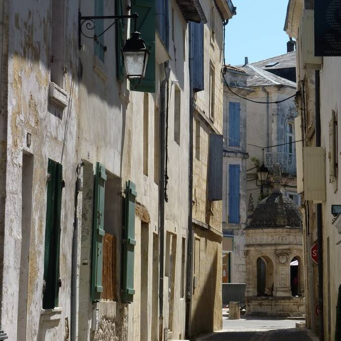 Typical small street in the centre of Saint Jean d'Angély - © P.Migaud / FDHPA17