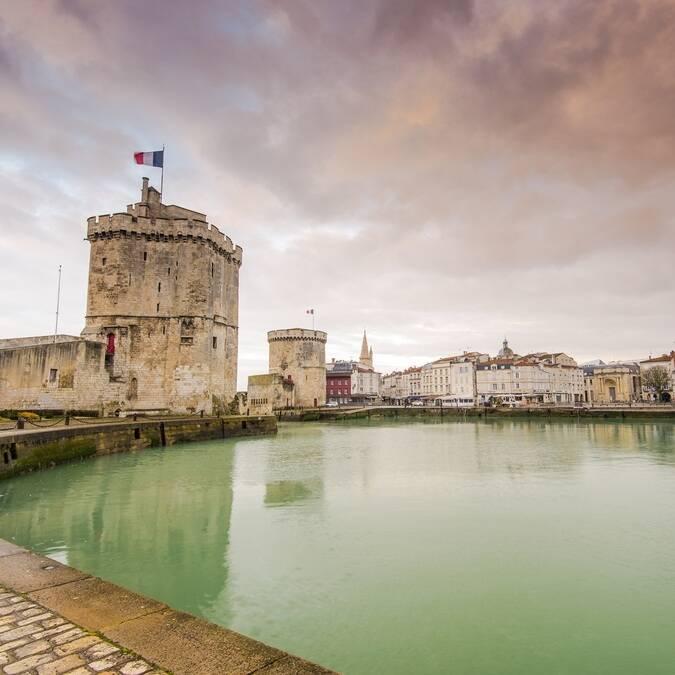 Les célèbres 2 tours ouvrant le Vieux-Port de La Rochelle - ©Shutterstock