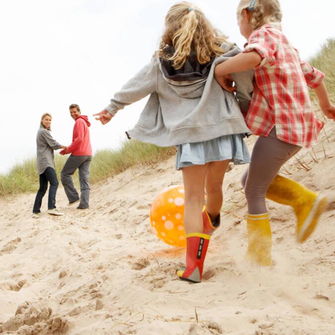 Jeux en famille sur une plage d'Oléron - ©Shutterstock